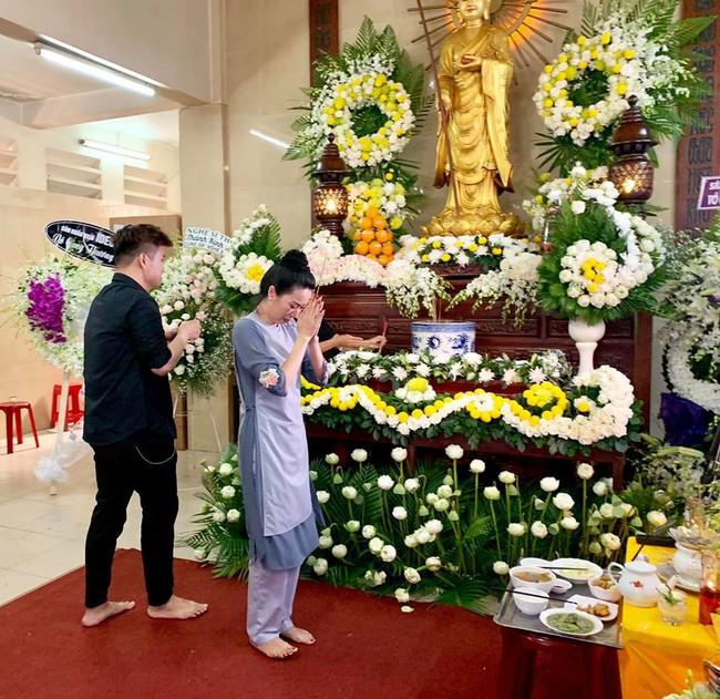 Trịnh Kim Chi khóc ngất khi tới viếng nghệ sĩ Anh Vũ, nghẹn ngào nói lời tiễn biệt người bạn thân thiết  - Ảnh 5.