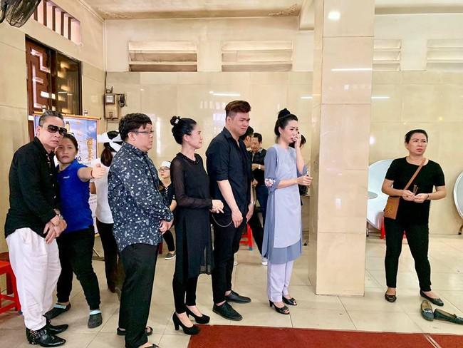 Trịnh Kim Chi khóc ngất khi tới viếng nghệ sĩ Anh Vũ, nghẹn ngào nói lời tiễn biệt người bạn thân thiết  - Ảnh 1.
