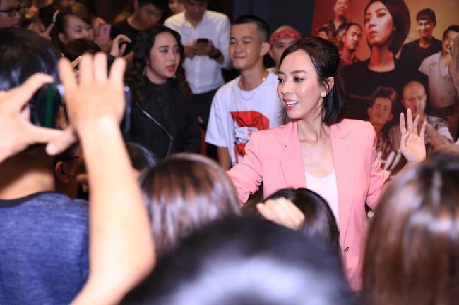 Dù đã xin khán giả đừng quay lén, Chị 13 của Thu Trang vẫn bị tuồn lên YouTube để câu view  - Ảnh 11.
