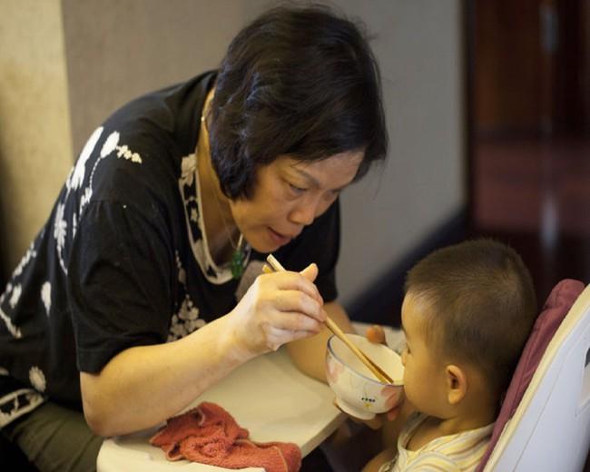 Bé trai 2 tuổi nhập viện trong tình trạng xuất huyết dạ dày, nguyên nhân đến từ một hành động nhỏ xíu của bà ngoại mỗi bữa ăn - Ảnh 1.
