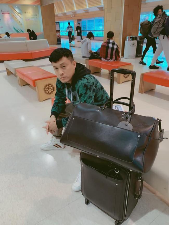 Lam Trường khiến fan lo lắng khi gặp sự cố ở sân bay, không thể bay qua Mỹ hay về Việt Nam được - Ảnh 1.