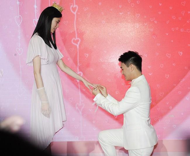 Màn cầu hôn siêu hot: Siêu mẫu nội y nổi tiếng được thiếu gia giàu có vừa điển trai lại học giỏi, quỳ gối cầu hôn như phim ngôn tình  - Ảnh 4.