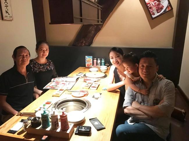 Bị vợ trẻ hờn trách, Lam Trường chuộc lỗi bằng cách mời bố mẹ vợ đi ăn tối nhân ngày đặc biệt  - Ảnh 1.