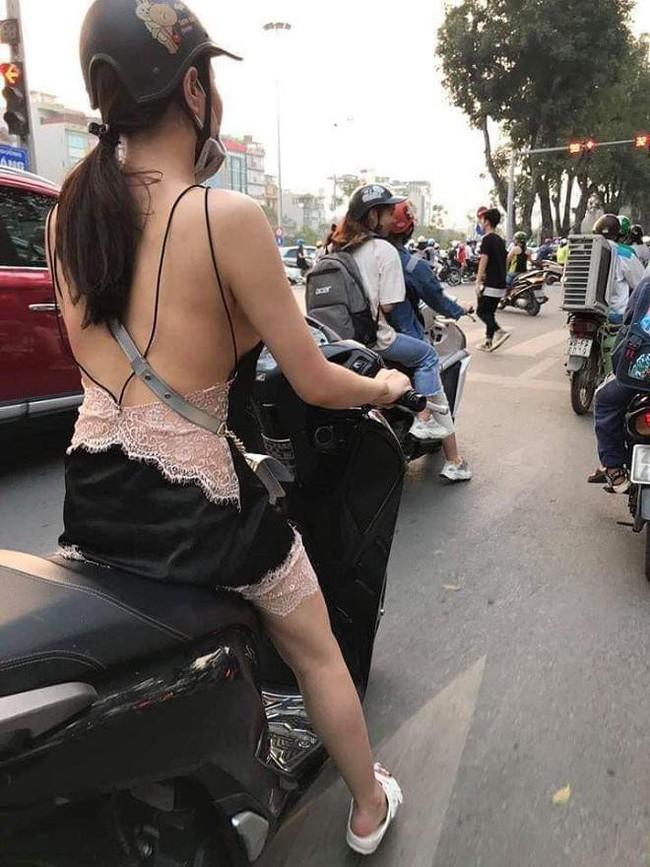 Trời vừa nóng, gái trẻ đã diện mốt mặc quần như không, lộ cả vòng 3 đi tung tăng trong siêu thị - Ảnh 3.