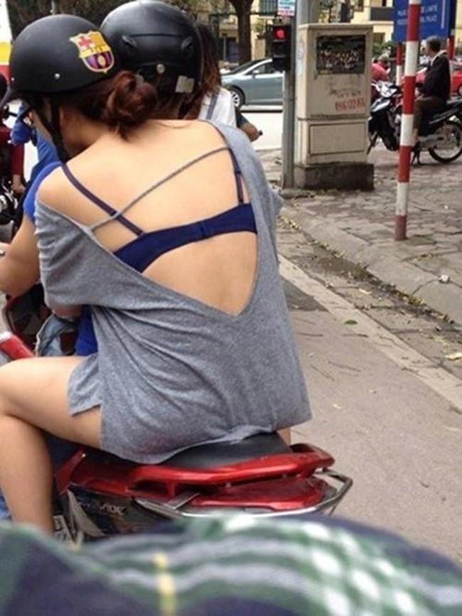 Trời vừa nóng, gái trẻ đã diện mốt mặc quần như không, lộ cả vòng 3 đi tung tăng trong siêu thị - Ảnh 7.