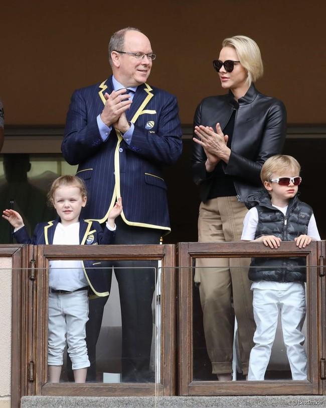 """Cùng nhau lên đồ """"chất hơn nước cất"""", gia đình Hoàng gia Monaco đang khiến dân mạng tan chảy vì quá sức đáng yêu - Ảnh 1."""