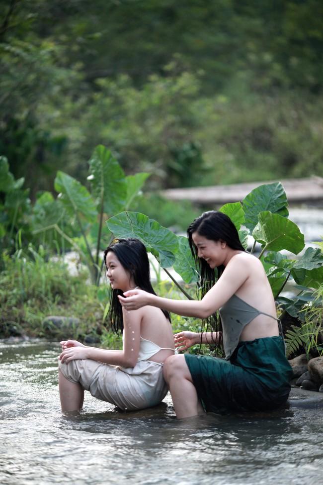 Cảnh tắm trong phim Người Vợ Ba gây tranh cãi - Ảnh 6.