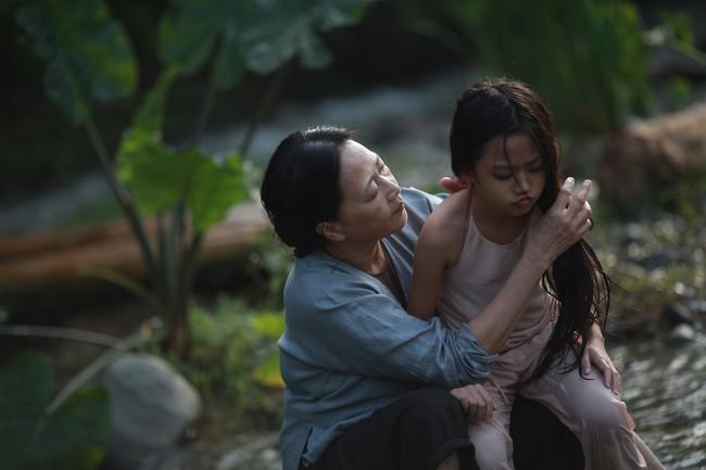Hé lộ cảnh tắm suối của các diễn viên nhí trong phim nhiều cảnh nóng của Maya  - Ảnh 6.