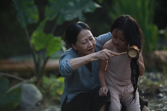 Hé lộ cảnh tắm suối của các diễn viên nhí trong phim nhiều cảnh nóng của Maya  - Ảnh 7.