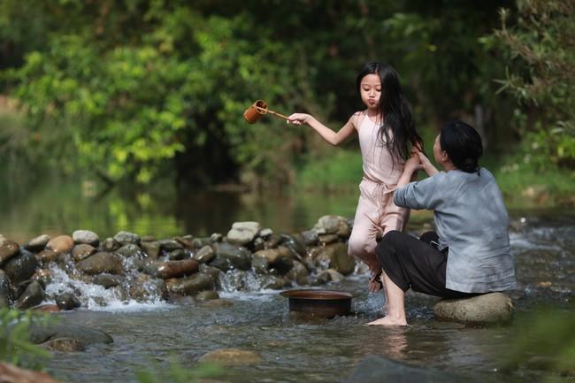 Hé lộ cảnh tắm suối của các diễn viên nhí trong phim nhiều cảnh nóng của Maya  - Ảnh 8.