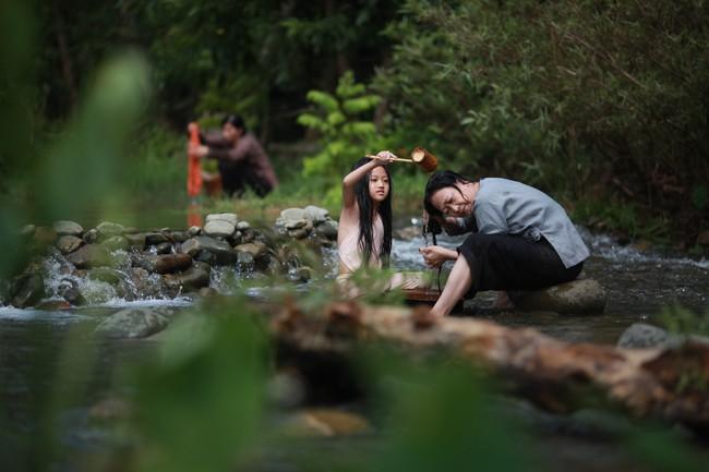 Hé lộ cảnh tắm suối của các diễn viên nhí trong phim nhiều cảnh nóng của Maya  - Ảnh 3.