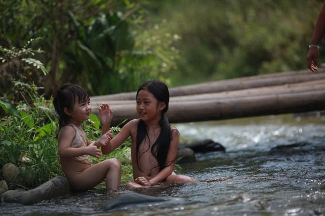 Hé lộ cảnh tắm suối của các diễn viên nhí trong phim nhiều cảnh nóng của Maya  - Ảnh 1.