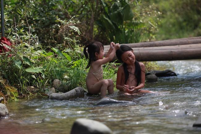 Hé lộ cảnh tắm suối của các diễn viên nhí trong phim nhiều cảnh nóng của Maya  - Ảnh 2.
