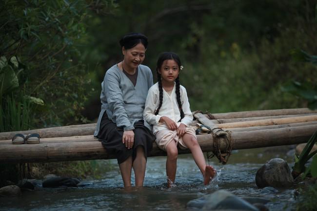 Hé lộ cảnh tắm suối của các diễn viên nhí trong phim nhiều cảnh nóng của Maya  - Ảnh 4.