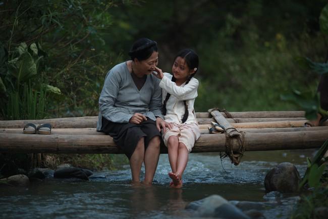 Hé lộ cảnh tắm suối của các diễn viên nhí trong phim nhiều cảnh nóng của Maya  - Ảnh 5.