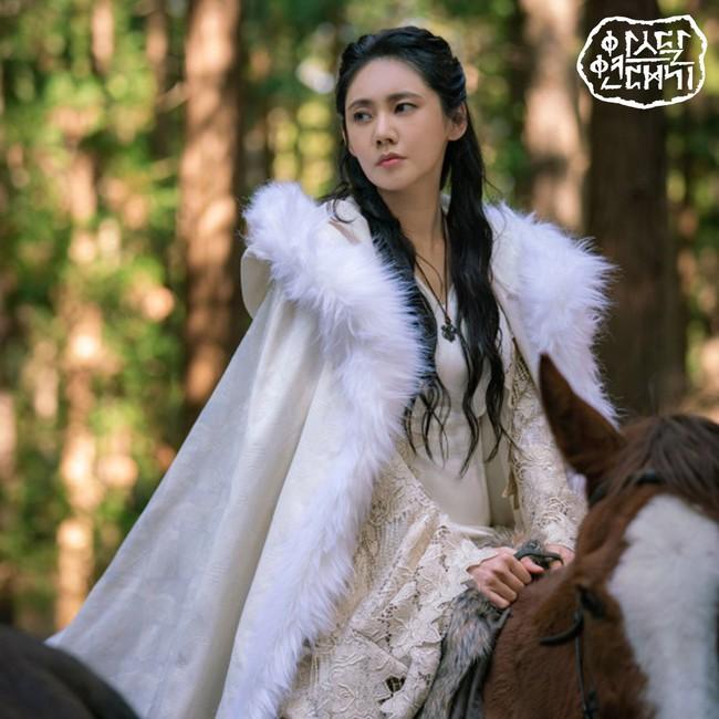 Ngã ngửa với thân thế của Song Joong Ki trong phim mới: Là tác phẩm của người mẹ xinh đẹp và một sinh vật đã tuyệt chủng - Ảnh 2.