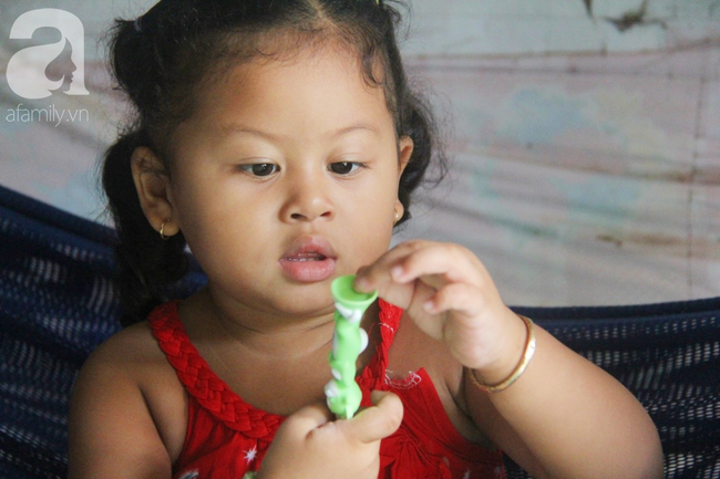 Bé gái 1 tuổi co giật liên tục đến mức méo miệng, bố mẹ nghèo bật khóc khi đã có tiền chữa bệnh cho con - Ảnh 12.