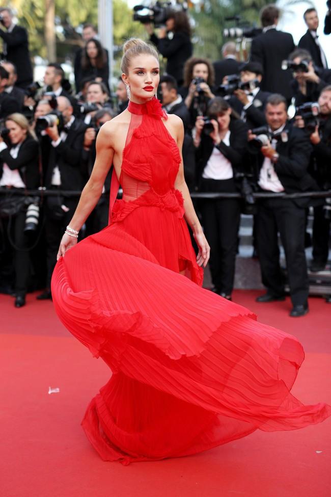 Những bộ đầm đỏ đẹp nhất qua các mùa Cannes: Phạm Băng Băng xưng danh nữ hoàng thảm đỏ nhưng vẫn thua hẳn Lý Nhã Kỳ  - Ảnh 8.