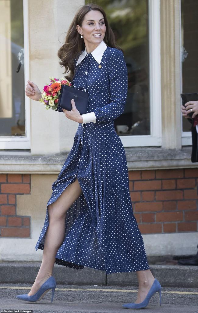 Những khoảnh khắc cho thấy hóa ra Công nương Kate đã nhiều lần khoe khéo đôi chân nuột nà không tỳ vết của mình, được em chồng Harry khen ngợi là vũ khí chết người - Ảnh 1.