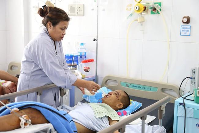 Xót cảnh bé trai bại não, mẹ bỏ lại chùa bị tai nạn giao thông, tính mạng nguy kịch  - Ảnh 3.