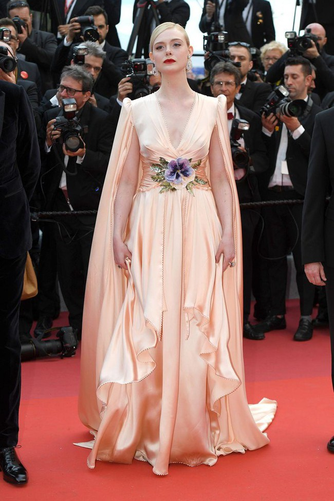 Thảm đỏ Cannes 2019: Selena khoe vòng 1 khủng, chân dài Thái Lan lại nổi bần bật nhờ váy lạ - Ảnh 5.