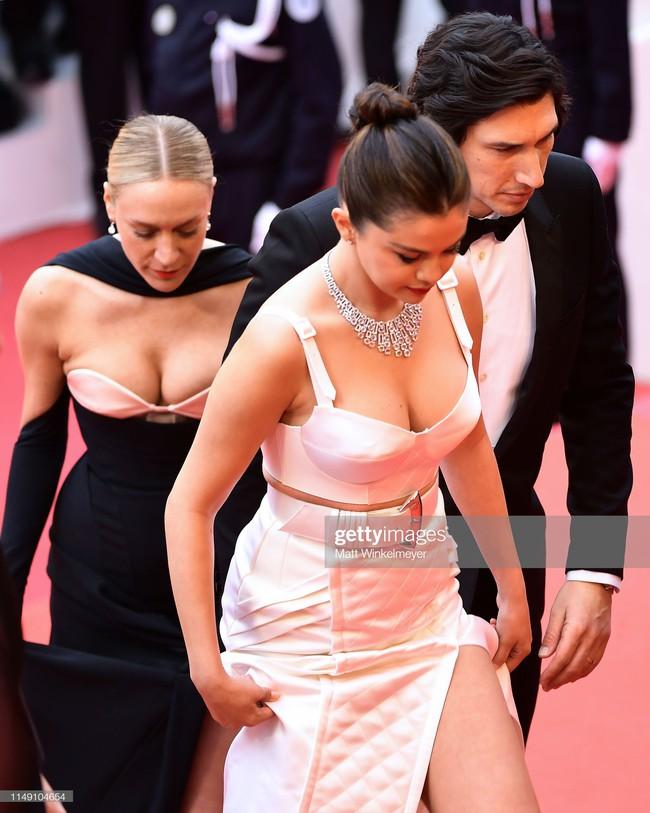 Thảm đỏ Cannes 2019: Selena khoe vòng 1 khủng, chân dài Thái Lan lại nổi bần bật nhờ váy lạ - Ảnh 2.