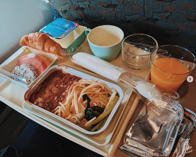 Dạo một vòng xem món ăn trên máy bay của các nước, Việt Nam phục vụ mì Ý trong khi Mỹ, Pháp phục vụ cơm - Ảnh 3.