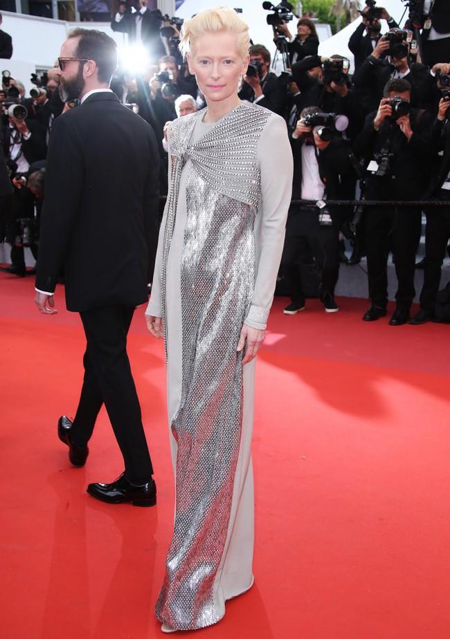 Thảm đỏ Cannes 2019: Selena khoe vòng 1 khủng, chân dài Thái Lan lại nổi bần bật nhờ váy lạ - Ảnh 12.