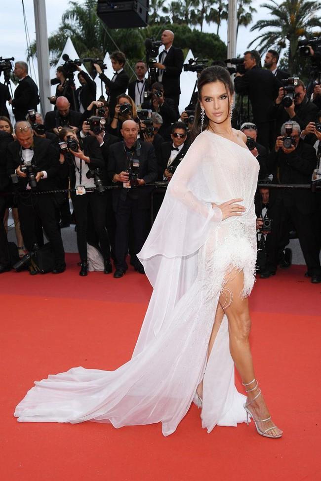 Thảm đỏ Cannes 2019: Selena khoe vòng 1 khủng, chân dài Thái Lan lại nổi bần bật nhờ váy lạ - Ảnh 10.