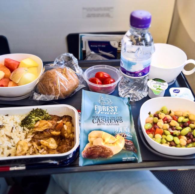 Dạo một vòng xem món ăn trên máy bay của các nước, Việt Nam phục vụ mì Ý trong khi Mỹ, Pháp phục vụ cơm - Ảnh 4.