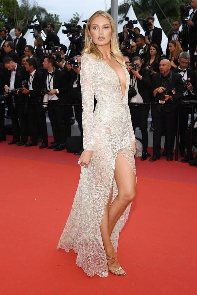 Thảm đỏ Cannes 2019: Selena khoe vòng 1 khủng, chân dài Thái Lan lại nổi bần bật nhờ váy lạ - Ảnh 13.