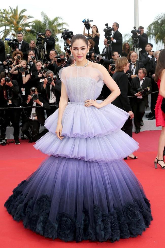 Thảm đỏ Cannes 2019: Selena khoe vòng 1 khủng, chân dài Thái Lan lại nổi bần bật nhờ váy lạ - Ảnh 3.