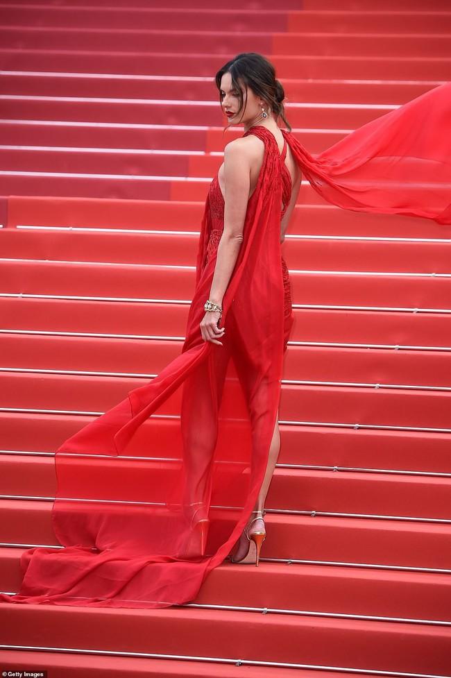 """Thảm đỏ LHP Cannes ngày 2: Selena khác người diện bộ đồ """"kín như bưng"""" trong khi siêu mẫu nội y khiến fan hốt hoảng vì chiếc váy cực sexy  - Ảnh 3."""