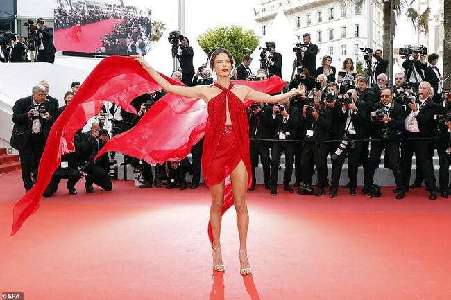 """Thảm đỏ LHP Cannes ngày 2: Selena khác người diện bộ đồ """"kín như bưng"""" trong khi siêu mẫu nội y khiến fan hốt hoảng vì chiếc váy cực sexy  - Ảnh 2."""