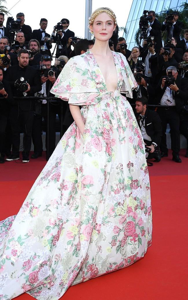 """Thảm đỏ LHP Cannes ngày 2: Selena khác người diện bộ đồ """"kín như bưng"""" trong khi siêu mẫu nội y khiến fan hốt hoảng vì chiếc váy cực sexy  - Ảnh 10."""