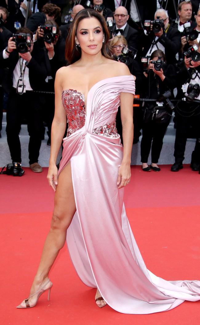 """Thảm đỏ LHP Cannes ngày 2: Selena khác người diện bộ đồ """"kín như bưng"""" trong khi siêu mẫu nội y khiến fan hốt hoảng vì chiếc váy cực sexy  - Ảnh 11."""