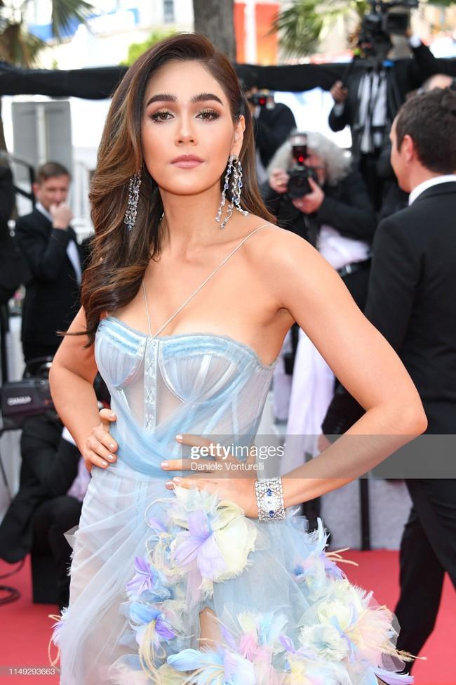 """Thảm đỏ LHP Cannes ngày 2: Selena khác người diện bộ đồ """"kín như bưng"""" trong khi siêu mẫu nội y khiến fan hốt hoảng vì chiếc váy cực sexy  - Ảnh 7."""