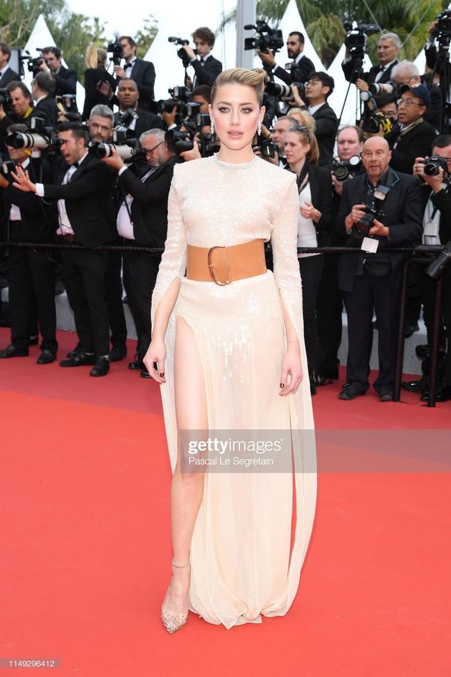"""Thảm đỏ LHP Cannes ngày 2: Selena khác người diện bộ đồ """"kín như bưng"""" trong khi siêu mẫu nội y khiến fan hốt hoảng vì chiếc váy cực sexy  - Ảnh 8."""