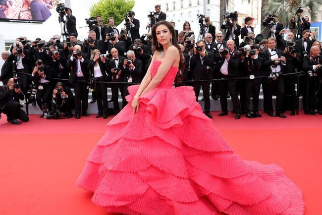 """Thảm đỏ LHP Cannes ngày 2: Selena khác người diện bộ đồ """"kín như bưng"""" trong khi siêu mẫu nội y khiến fan hốt hoảng vì chiếc váy cực sexy  - Ảnh 9."""