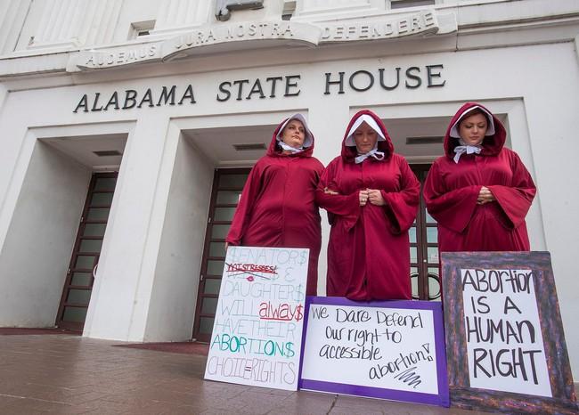 Dự luật cấm phá thai hà khắc nhất nước Mỹ được thông qua: Nạn nhân bị hãm hiếp không được ngoại lệ, bác sĩ bị phạt 99 năm tù nếu tiếp tay - Ảnh 2.