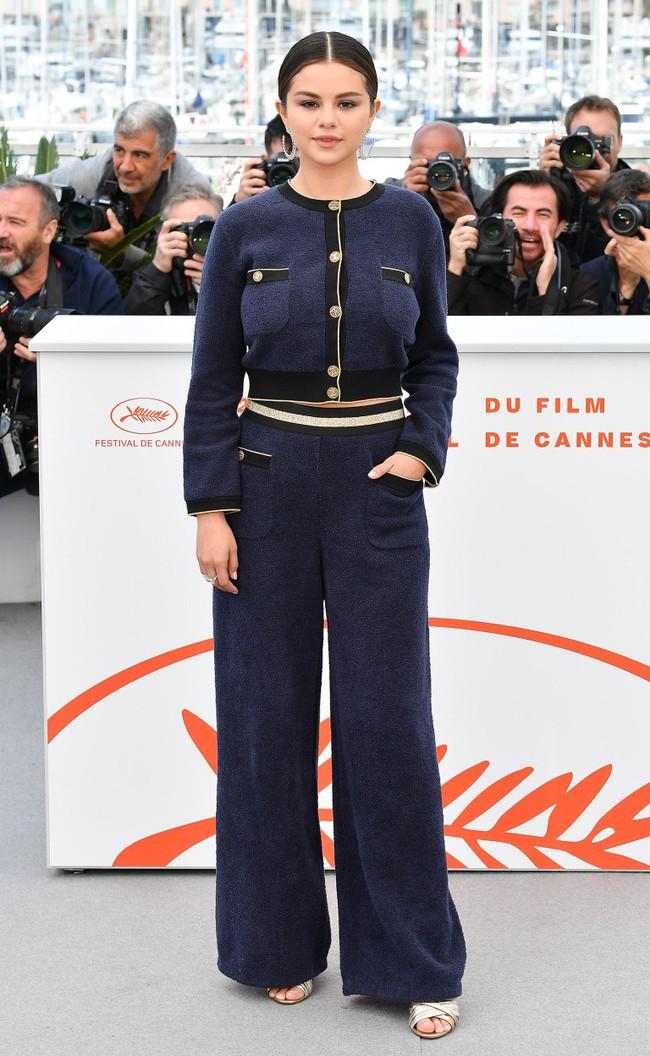 """Thảm đỏ LHP Cannes ngày 2: Selena khác người diện bộ đồ """"kín như bưng"""" trong khi siêu mẫu nội y khiến fan hốt hoảng vì chiếc váy cực sexy  - Ảnh 4."""