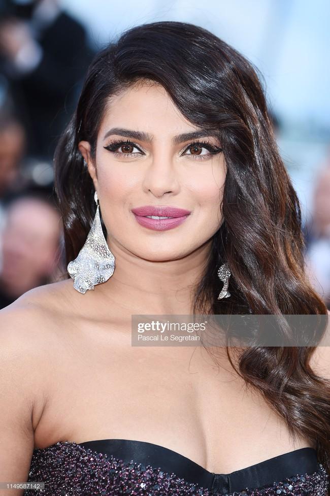 """Thảm đỏ Cannes 2019 ngày thứ 3: """"Đội quân"""" mỹ nhân Thái Lan chiếm spotlight, Hoa hậu thế giới xuất hiện với thân hình mũm mĩm - Ảnh 6."""