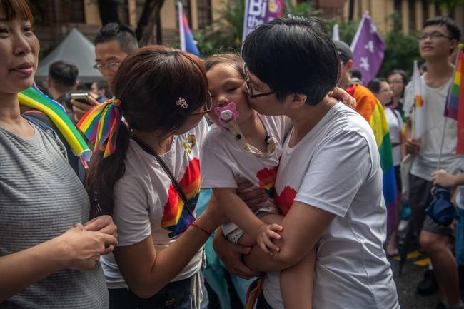 Chùm ảnh: Hàng trăm người vỡ òa cảm xúc khi Đài Loan hợp pháp hóa hôn nhân đồng giới, một lần nữa tình yêu lại giành chiến thắng - Ảnh 3.