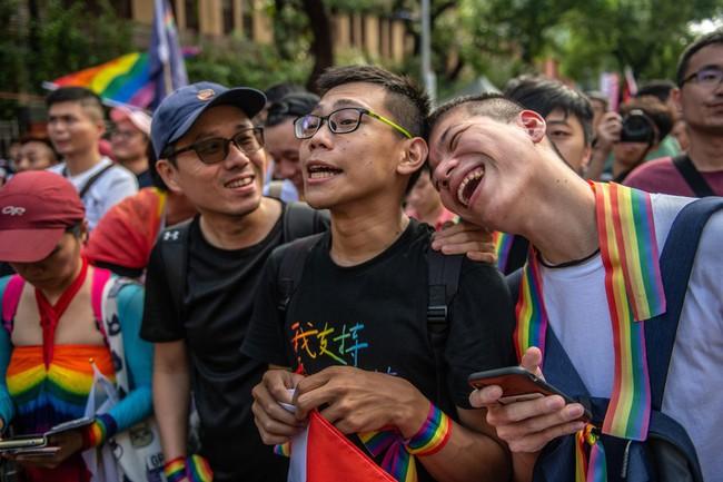 Chùm ảnh: Hàng trăm người vỡ òa cảm xúc khi Đài Loan hợp pháp hóa hôn nhân đồng giới, một lần nữa tình yêu lại giành chiến thắng - Ảnh 6.