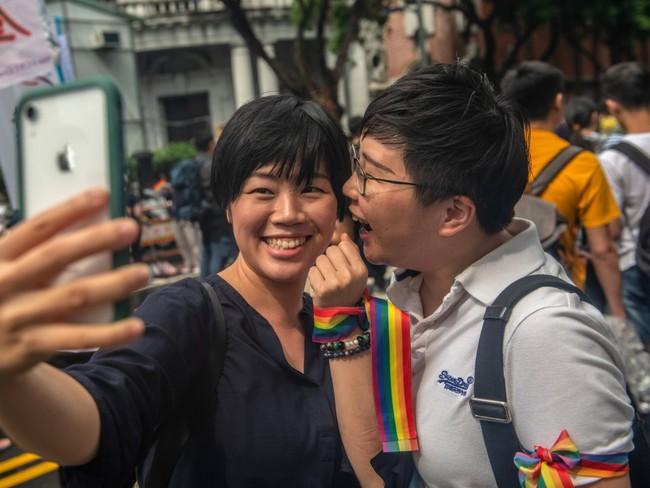 Chùm ảnh: Hàng trăm người vỡ òa cảm xúc khi Đài Loan hợp pháp hóa hôn nhân đồng giới, một lần nữa tình yêu lại giành chiến thắng - Ảnh 9.