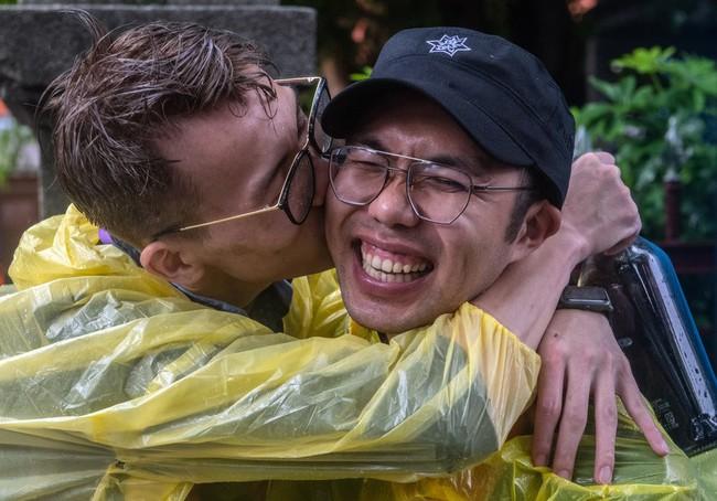 Chùm ảnh: Hàng trăm người vỡ òa cảm xúc khi Đài Loan hợp pháp hóa hôn nhân đồng giới, một lần nữa tình yêu lại giành chiến thắng - Ảnh 15.