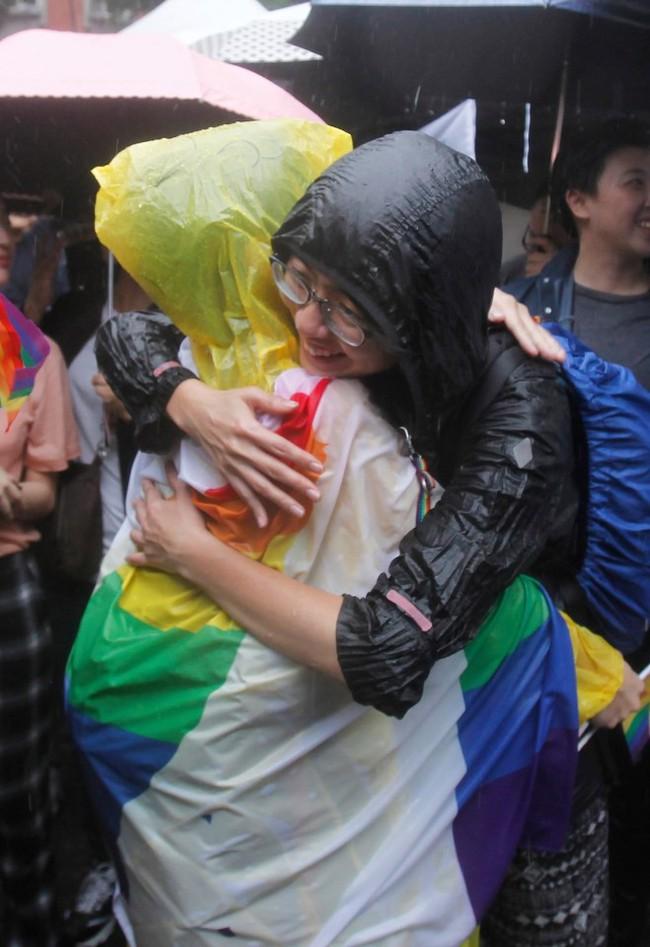 Chùm ảnh: Hàng trăm người vỡ òa cảm xúc khi Đài Loan hợp pháp hóa hôn nhân đồng giới, một lần nữa tình yêu lại giành chiến thắng - Ảnh 20.
