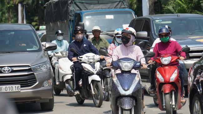 Cảnh báo: Nắng nóng đỉnh điểm, tia tử ngoại (UV) cực nguy hiểm đối với người đi đường - Ảnh 1.