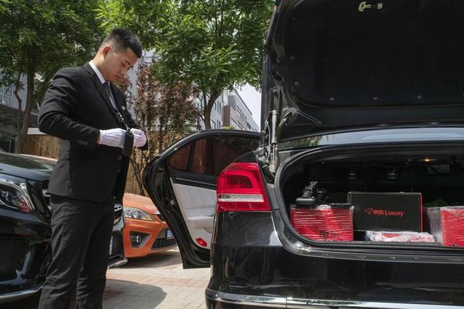 Khám phá dịch vụ mua hàng xa xỉ qua mạng tại Trung Quốc: Shipper đi Mẹc, mặc suit, đeo găng trắng, giao hàng giống như tiến hành một nghi lễ - Ảnh 2.