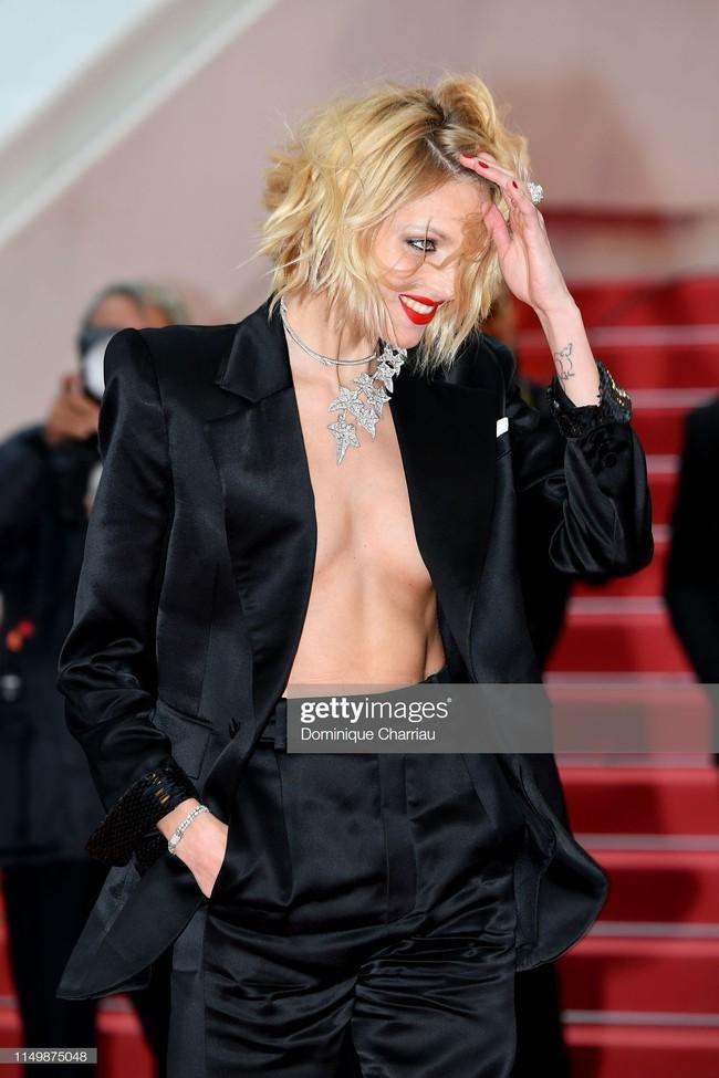 Ngộp thở với các  màn khoe ngực táo bạo tại Cannes ngày 4: Mỹ nhân Như Ý Truyện khoe sắc với váy xẻ cũng vẫn chào thua siêu mẫu thả rông vòng 1  - Ảnh 4.